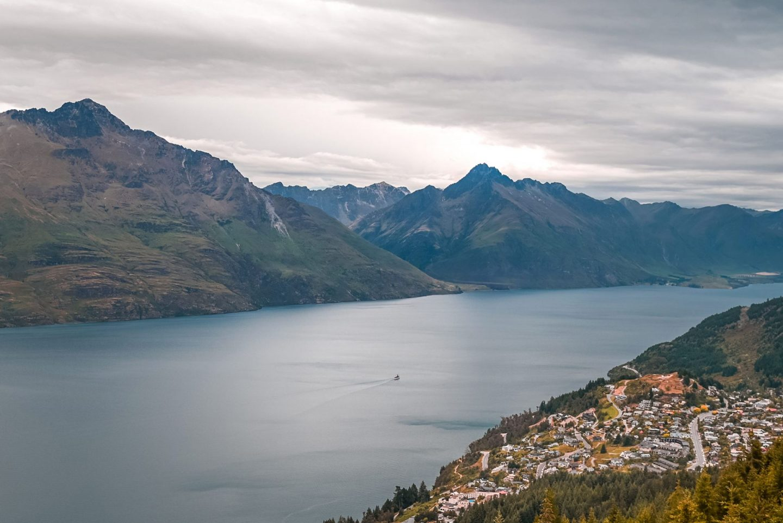 Razgled z vrha Bob's Peak, Queenstown, Nova Zelandija - jezero Wakatipu